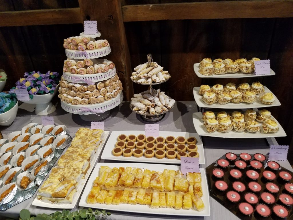 Elegant Upscale Pittsburgh Cookie & Dessert Table Wedding – Doces ...